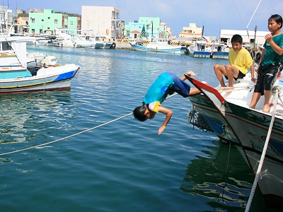 Children in Penghu Learn Their Swimming by Jumping into Sea