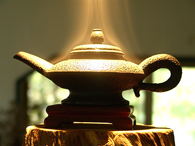 Icy smoke pot: The smoke curls and the tea aroma wafts