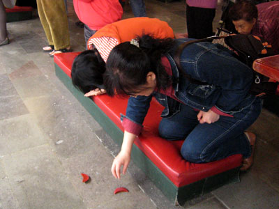 Taiwanese Temple Throwing Divination Blocks Culture (Culture)
