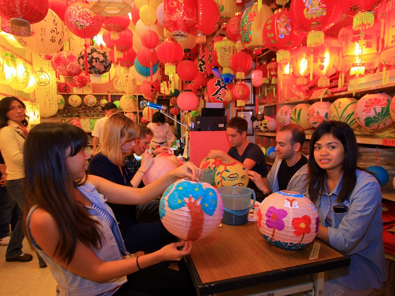 Foreigners crazy about Lukang Chinese style colorful Lanterns